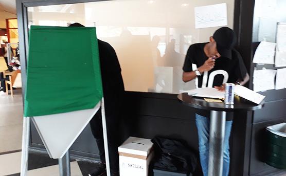Abdulahi Ahmed, VO2, från elevkåren hjälpte eleverna att rösta.