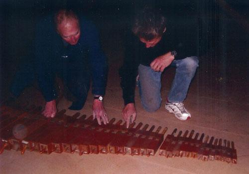"""""""Första spadtaget"""" på Stadshusvinden. Åke von Sydow och Magnus Blix sorterar Concert Flute 8'."""