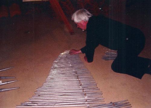 Mats Ericson inspekterar den långa stråkpipraden.