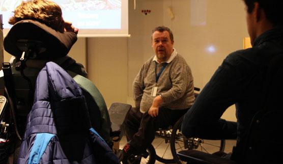 David Lega diskuterar med elever