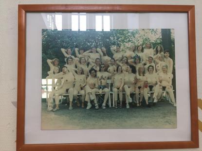 På en vägg i Vasaskolan hänger humanistklassen från 1992