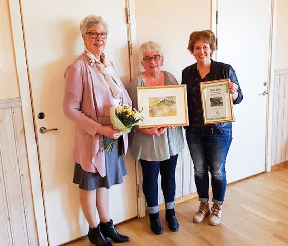 Trion Barbro Andersson, Inga-Lill Vilhelmsson och ordförande Anna Lindeblom med blommor, pris och diplom.<br />Foto: Siv Eriksson