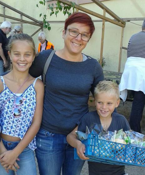 Anna Ardegård, Alva och Mattis var glada för den fina korgen som de vann.