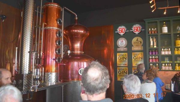 <span>Guiden beskrev sedan destilleringen i den ångdrivna pannan i detalj och berättade om tre produktionssätt av gin och om olika ginsorter i sortimentet. T ex LondonDryGin,NavyStrengthGin och JuniperCaskGin. Det sistnämnda ginet har ensömaoch är lagrat på fat aventrä.</span>