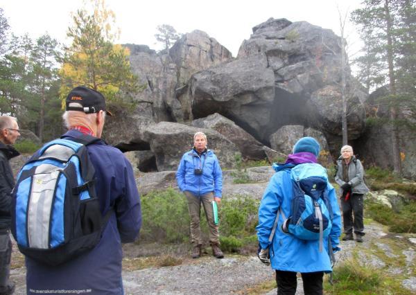 Åke berättar om rövarna i grottan på Rövarberget i Mjösjö
