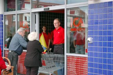 När klockan slog 11.00 öppnade Per-Olof Persson butiksdörrarna och hälsade kunderna välkomna.