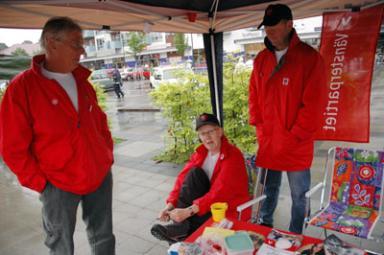 Hans Enesten och Tomas Ridell riktar blickarna mot vänsterns starka kvinna i Bollebygd - Barbro Ridell.  Vänstern har \