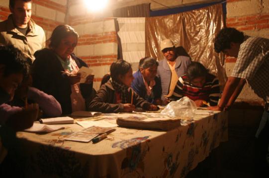 I majsförrådet i ladan hade man ställt upp ett litet bord. Där tränades läsning och skrivningettpartimmar varje kväll.