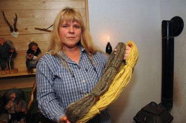Ellen Axelsson med garn som färgats på gammalt vis.