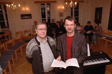 Göran Edin och Torbjörn Widfeldt, ordförande i kyrkokören respektive körledare, studerar körverket Requiem.