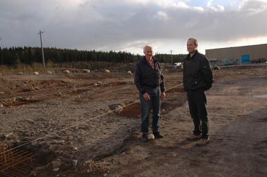 Leif Karlsson och sonen Fredrik på byggplatsen vid Grönkullen.