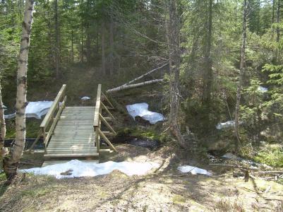 Bron över bäcken innan Utviks fäbodar.