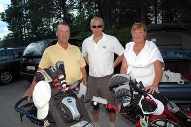 Ordförande Thord Gustafson med paret Jan och Ann Hällerfors från Nynäshamn. -En jättefin golfbana i en fantastisk miljö, tyckte paret Hällerfors.