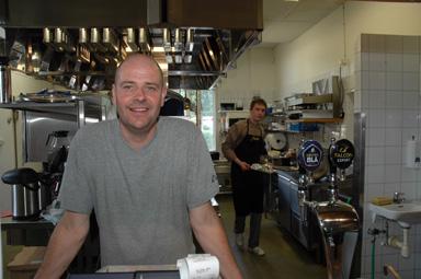 Krögaren på Hulta Golfbana, Lars Pettersson ser till att 234 buffégäster kommer att serveras god mat från Bollebygds kommun