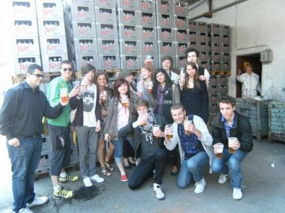 Delar av klassen inne på bryggeriområdet av ölen \