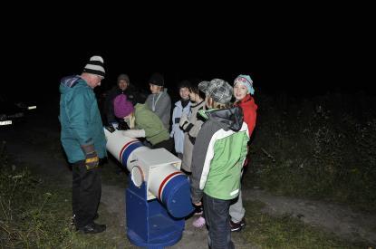 Hans Svärd med Solängsskolans elever vid det portabla teleskopet.