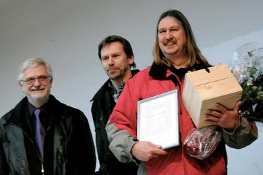 Kommunalråden Christer Johansson och Peter Rosholm utsåg Sassi Wemmer till 2010-års Bollebygdsambassadör.
