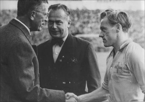 Här hälsar den dåvarande kronprinsen Gustaf VI Adolf på Ivar i samband med en landskamp mot Norge 1949.