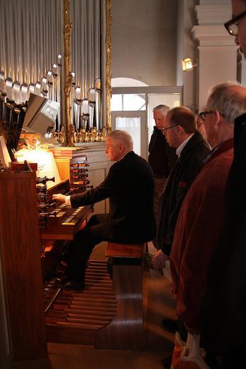 Efter avslutade årsmötesdagar samlades de sista entusiasterna i Adolf Fredriks kyrka där Per-Ove Larsson demonstrerade orgeln efter konserten
