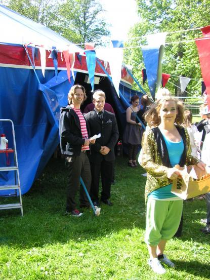 Kalle, cirkuslärare, Sebastian, konferencier, och Ella, elev i åk 1, hälsar välkomna i Boulognern