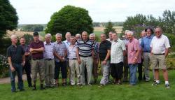 På bilden, hos Kalmán i Åby, har vi samlat alla karlar som vågade följa med på färden!