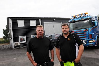 Lars Larsson och Joacim Thorsson framför byggnaden som numera rymmer två tunga förtag.