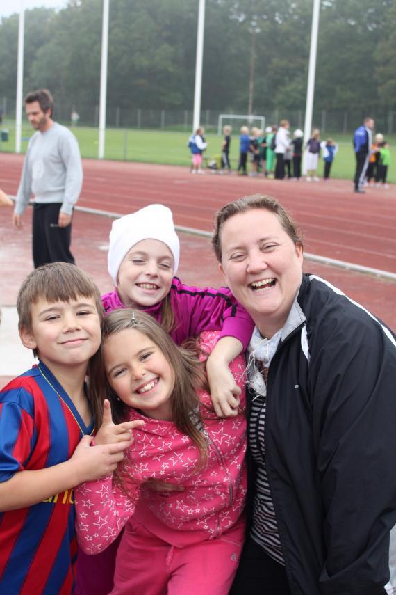 Jakob, Engla ochTilde skrattar med läraren Malin