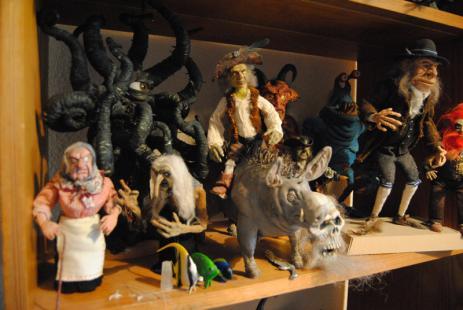 Troll, monster och andraotäcka figurer finns det gott om hemmahos Rickard.