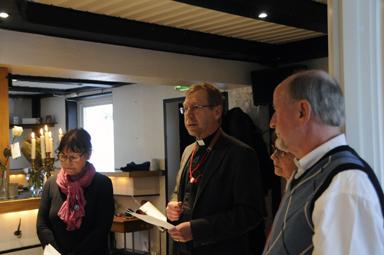 Kyrkoherde Urban Olander inviger och välsignar diakonicenter Vägkorset.