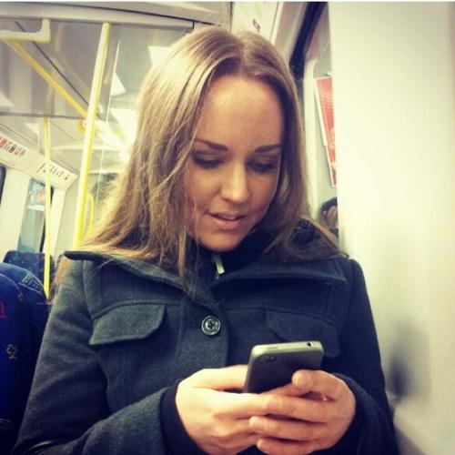 Marie Mattisson i full färd med att twittra.
