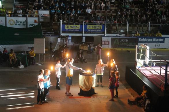 Efter trumspel, tal och sång, släcktes arenan ner och den olympiska elden tändes.
