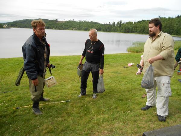 Hans Borgström och Bo Lennart Svanberg vid invägningen som sköttes av Simon Viberg.