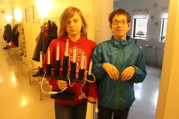 Anton och André skasätta upp en ljusstake i uppehållsrummet!