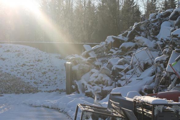Motljus och snö gör soporna lite vackrare.
