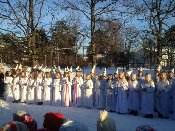 Treorna på Musikugglan lussade på skolgården i det fina vintervädret.