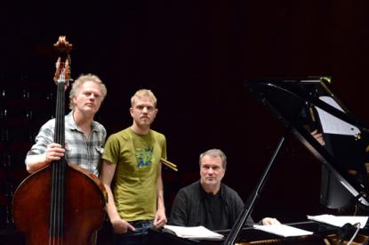 Bobo Stensons Trio, med Jon Fält på trummor i mitten av bilden