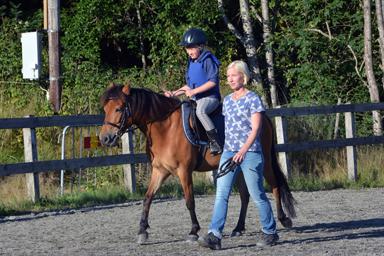 En vanlig syn på ridklubben i Bollebygd. Här är det Tilda Ihrskog som tränar och mamma Petra är med.