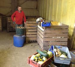 I sin lilla gårdsbutik på gården säljer Nils-Börje Nilsson sina KRAV-odlade grönsaker. Han vill gärna att man ringer, innan man kommer för att handla, så man vet att han är hemma.<br /><br />