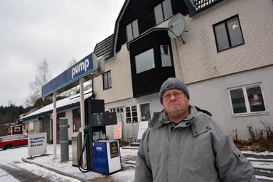 Kenneth Schultz vid sin bensinmack som han nu tvingas stänga.
