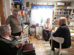 Pirkko har flera pärmar med bilder av alster som hon gjort. Där kan man sitta och titta länge.