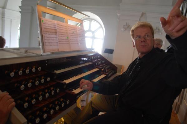 Anders Lindström pekar ut en klang från den rekonstruerade<br />Åkermanorgeln i Skellefteå