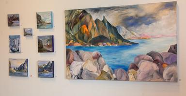 Oljemålningar med bergen från Lofoten som motiv.