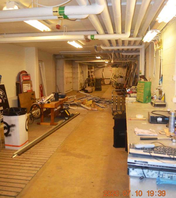Detta rum var tänkt för rengöring av slangar för brandkåren i Ullånger, men så har det inte blivit. Nu kommer det att byggas en dörr i bortre änden och ändra på golvet, så att utrymmet kan användas till bilar