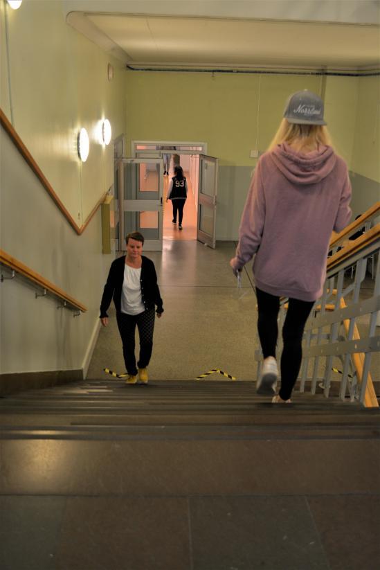 Här möts två personer som håller sig på varsin sida i trappen som har högerregeln.