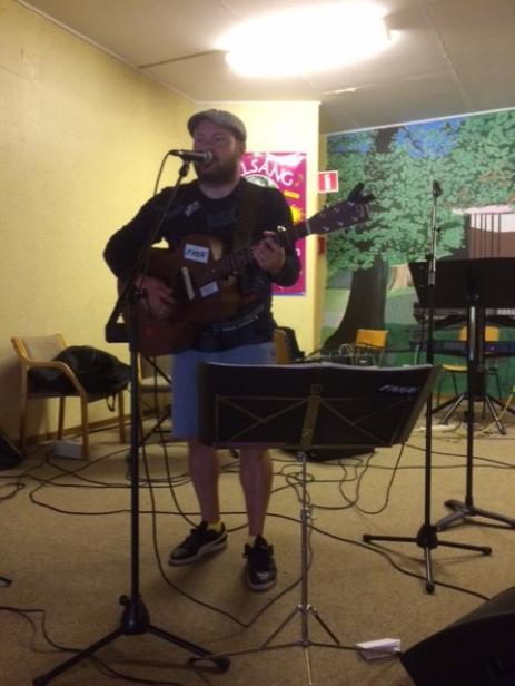 Trubaduren Johan Svedberg uppträdde med sina egenskrivna låtar.