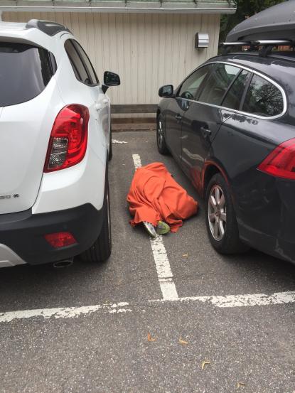 I närheten av elevernas sittplats på skolgården, under skoldagen, sover någon ruset av sig