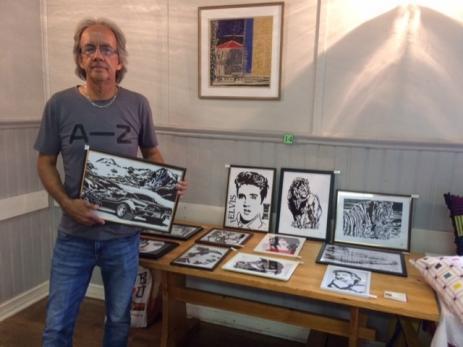 Kent Svensson tecknar med tuschpenna och mycket av motiven är porträtt på kända artister, men och bilar och vilda djur.