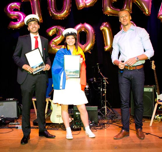 Ahmed Alkhatib och Fatima Habib fick dela årets Swecostipendium för sitt gymnasiearbete om vägen ur kriminalitet. Utdelare Niklas Lindhe.