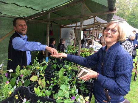 Ulf Sill hade kommit från Mörrum för att sälja ovanliga trebladsväxter som kommer från hela världen. Inga-Lill Persson passade på att köpa lite nytt till trädgården.