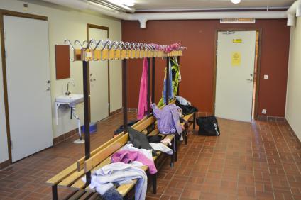 Kläder ligger huller om buller i omklädningsrummen.